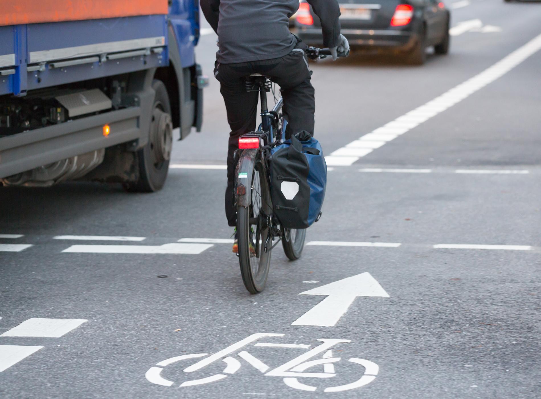Fahrradfahrer neben LKW