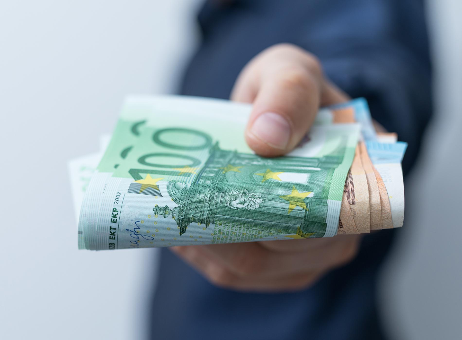Finanzierung_Factoring_Geld leihen_Rechnung_Geldscheine